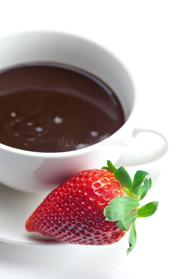 Chocolate en un tazón de fuente y fresas imágenes de archivo libres de regalías