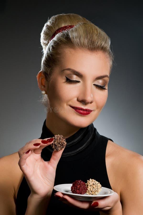 Chocolate encantador de la prueba de la señora fotografía de archivo libre de regalías