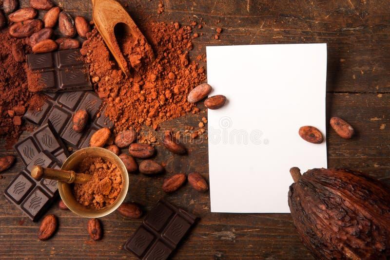 Chocolate escuro na tabela de madeira fotografia de stock royalty free