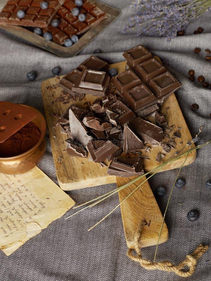 Chocolate escuro no trencher fotos de stock royalty free