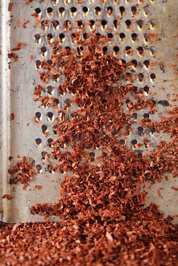 Chocolate escuro raspado multa no ralador fotos de stock