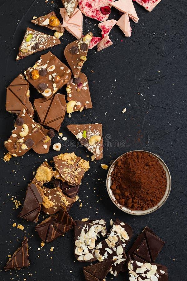 Chocolate feito a mão luxuoso no fundo preto foto de stock royalty free