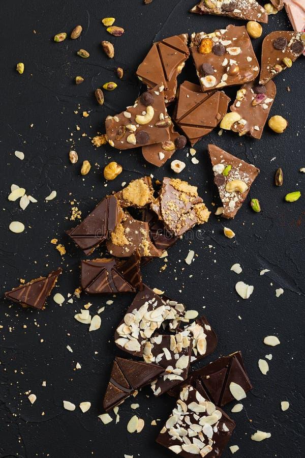 Chocolate feito a mão luxuoso no fundo preto fotografia de stock