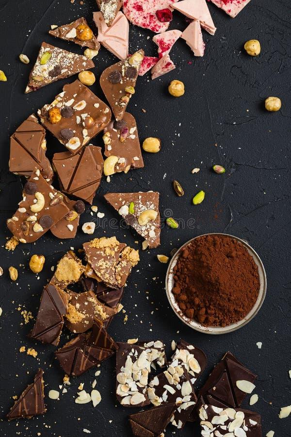 Chocolate feito a mão luxuoso no fundo preto fotos de stock