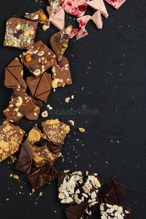 Chocolate feito a mão luxuoso no fundo preto imagem de stock