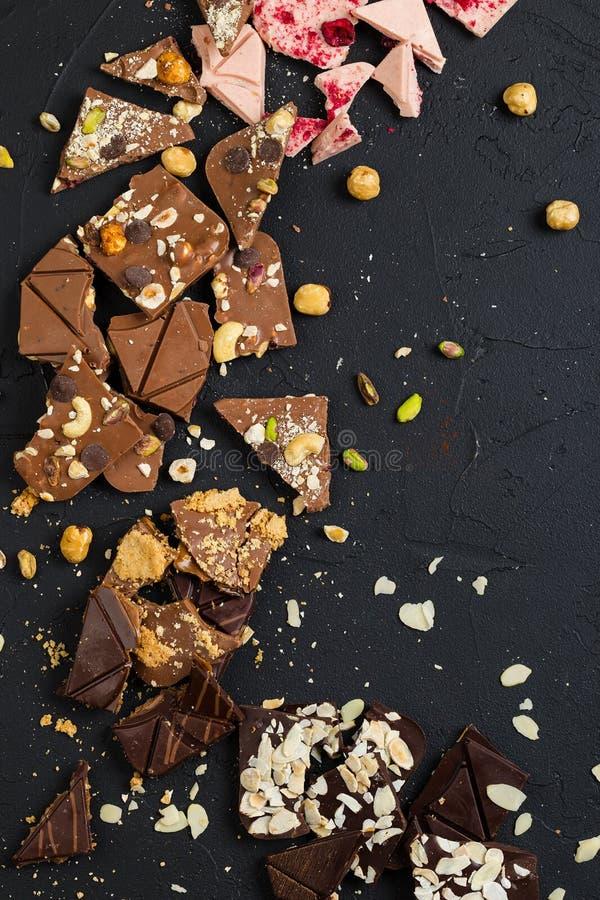 Chocolate feito a mão luxuoso no fundo preto foto de stock