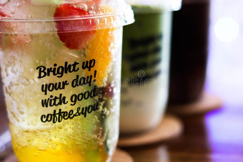 Chocolate helado frío, té verde y té del melocotón imagen de archivo libre de regalías