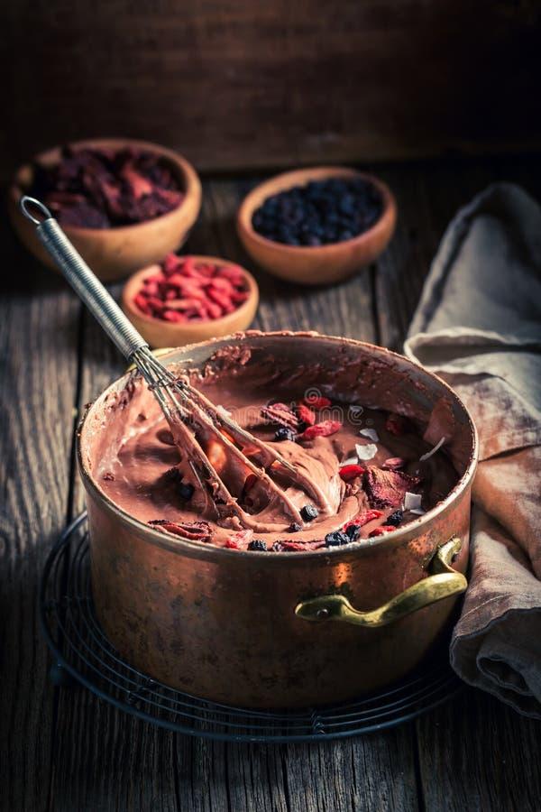 Chocolate leitoso feito do cacau e de frutos secados fotografia de stock