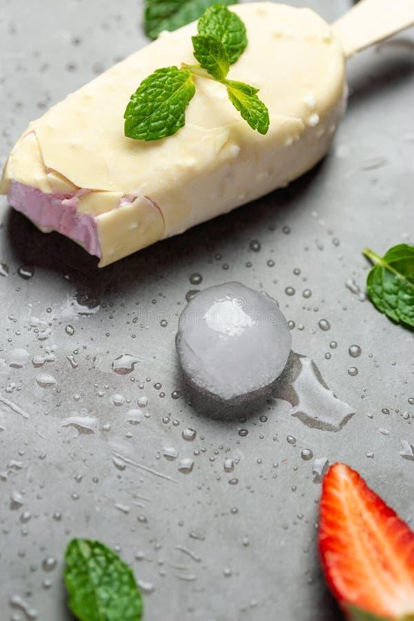 Chocolate mordido del helado del polo, chocolate de la fresa fotos de archivo libres de regalías