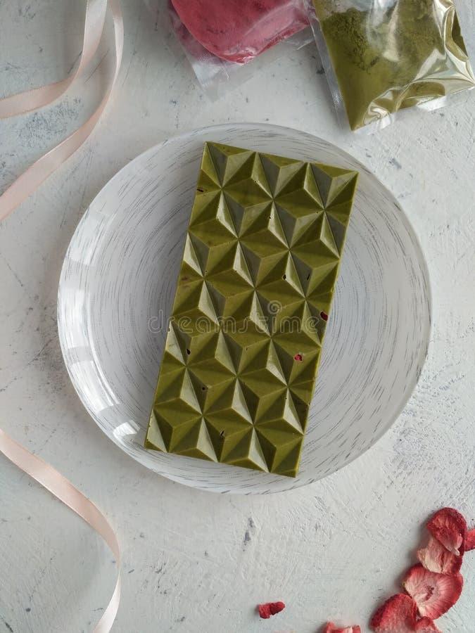 Chocolate natural del matcha con la baya fotos de archivo