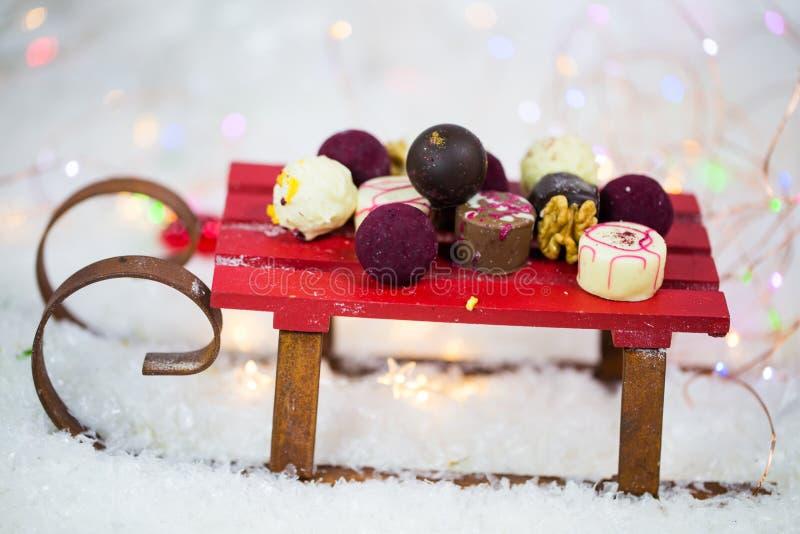 Chocolate no trenó, pilha, branco, xmas, confeitos fotos de stock
