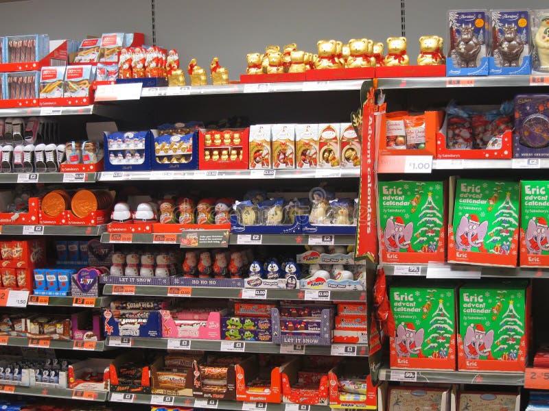 Chocolate o caramelo en un estante de una tienda. imagen de archivo