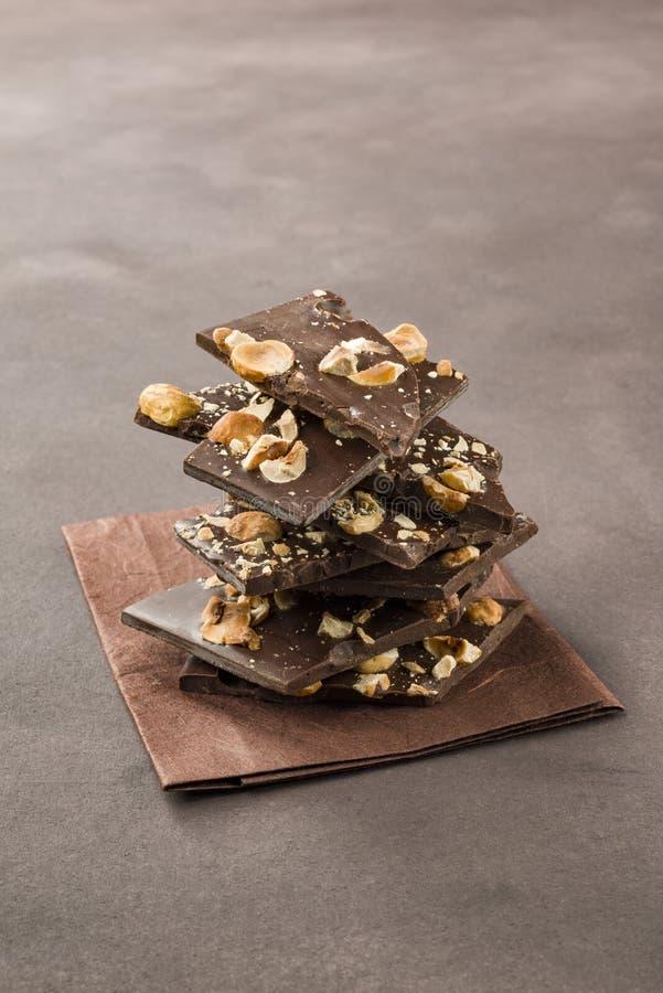 Chocolate oscuro de la avellana fotografía de archivo