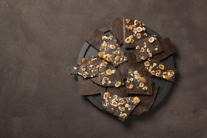 Chocolate oscuro de la avellana imagen de archivo