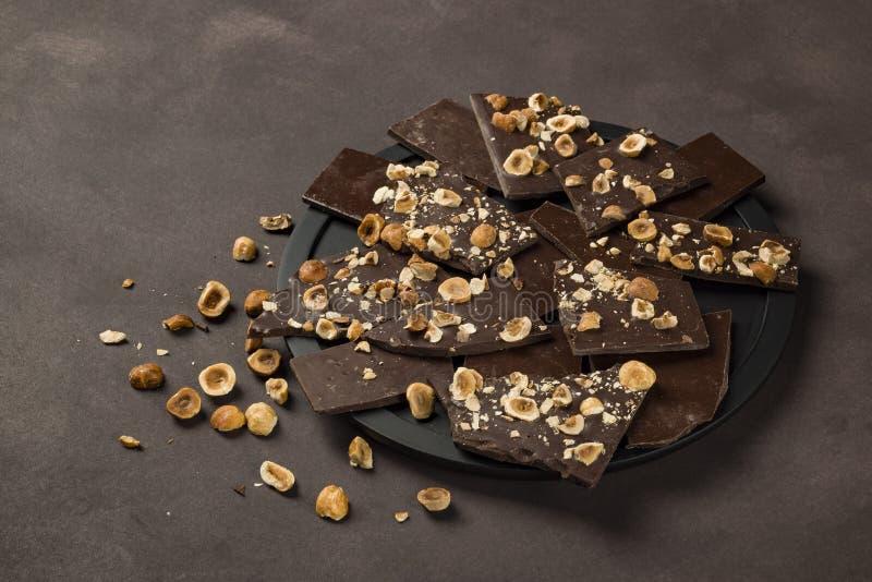 Chocolate oscuro de la avellana fotografía de archivo libre de regalías