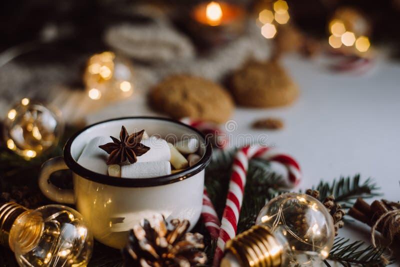 Chocolate ou cacau com marshmallow, cookies, doces no fundo branco fotos de stock royalty free