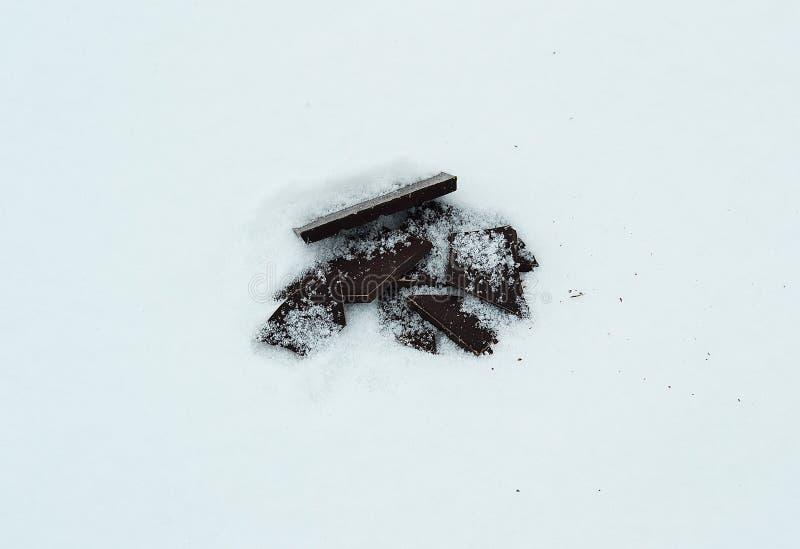 Chocolate preto na neve imagem de stock