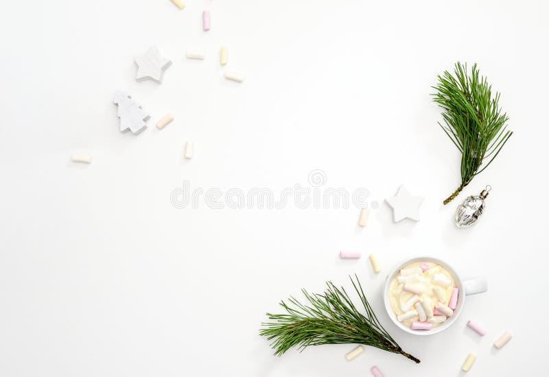 Chocolate quente branco com cobertura do creme e do marshmallow fotos de stock royalty free