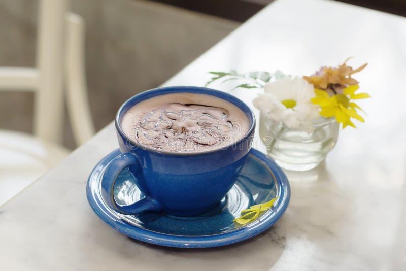 Chocolate quente caseiro com cobertura do chantiliy fotos de stock royalty free
