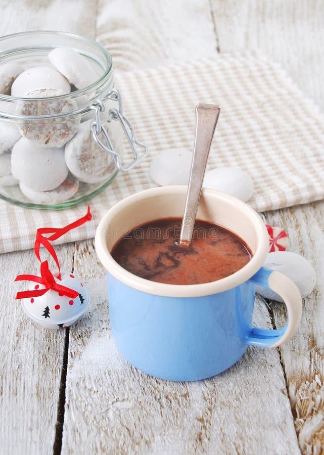 Chocolate quente com biscoitos fotos de stock royalty free