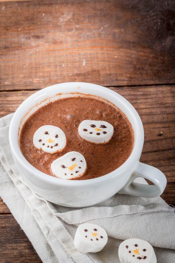 Chocolate quente com bonecos de neve do marshmallow imagens de stock