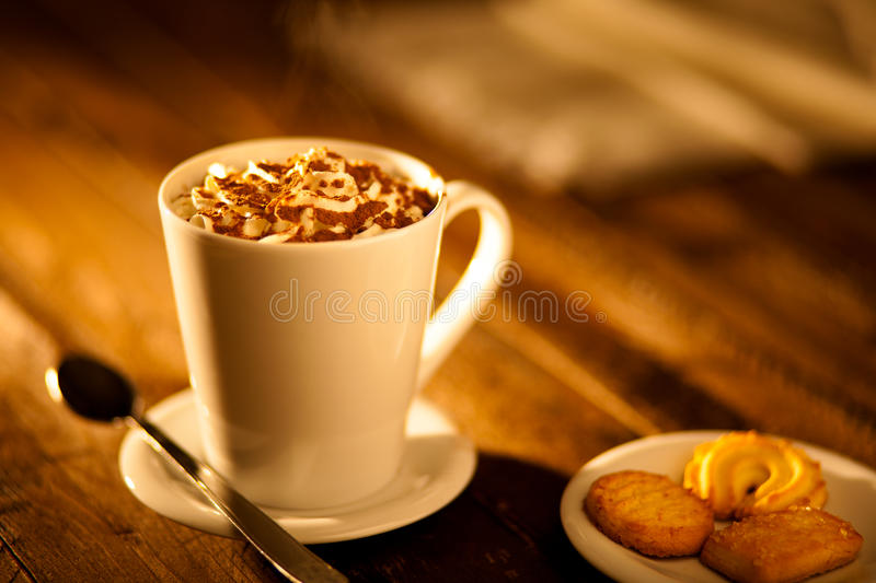 Chocolate quente com creme chicoteado fotos de stock royalty free