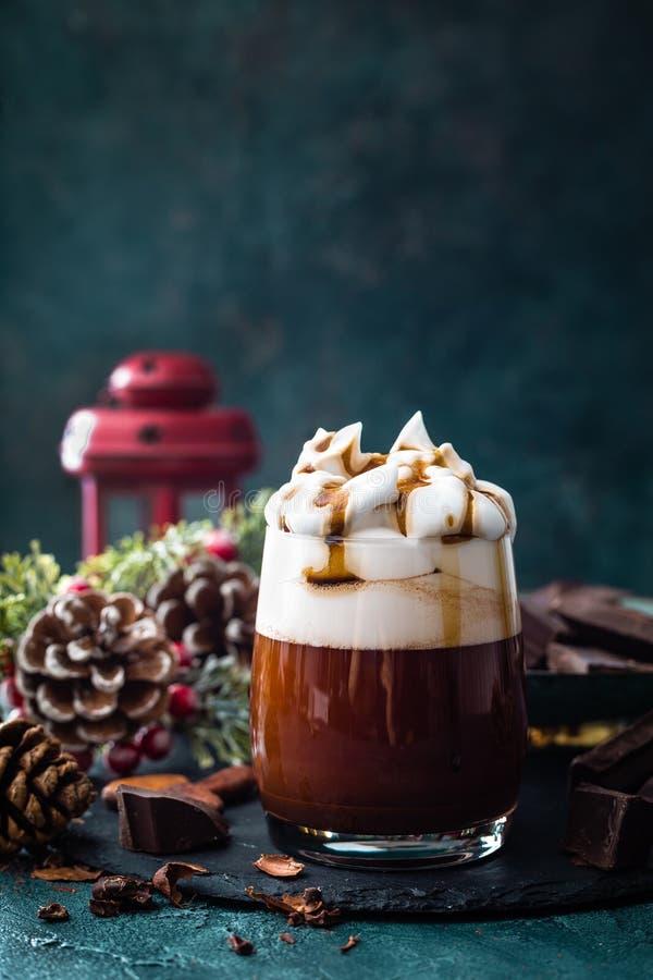 Chocolate quente com creme chicoteado Bebida do chocolate e decorações do Natal foto de stock