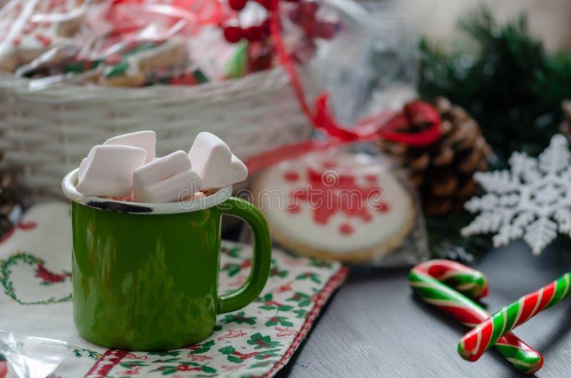 Chocolate quente com marshmallows e açúcar de bastão Decoração do Natal foto de stock royalty free