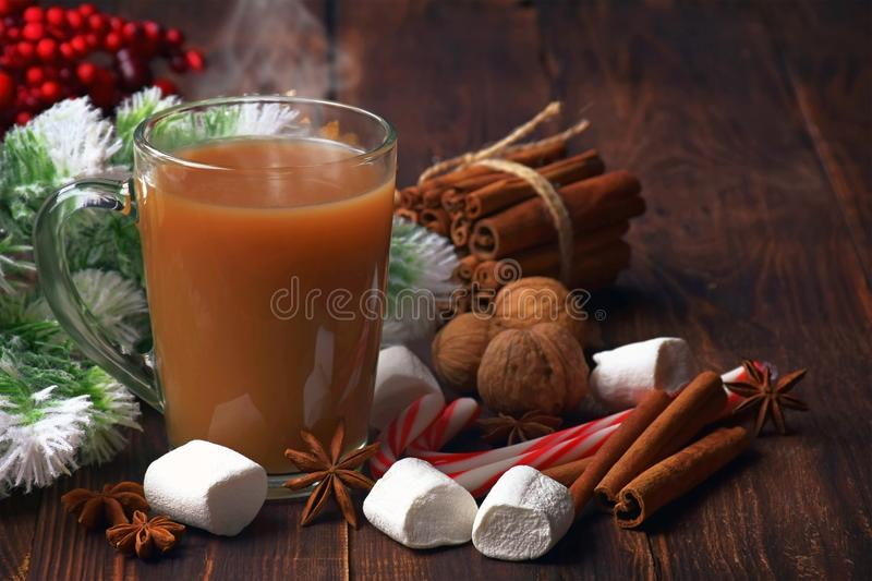 Chocolate quente com marshmallows e canela Decorat do Natal imagem de stock royalty free