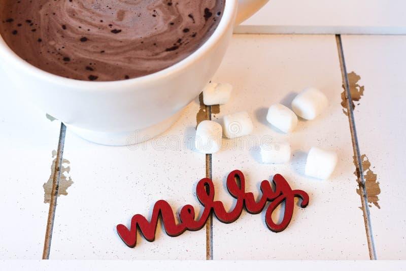Chocolate quente com os marshmallows na madeira branca fotos de stock royalty free