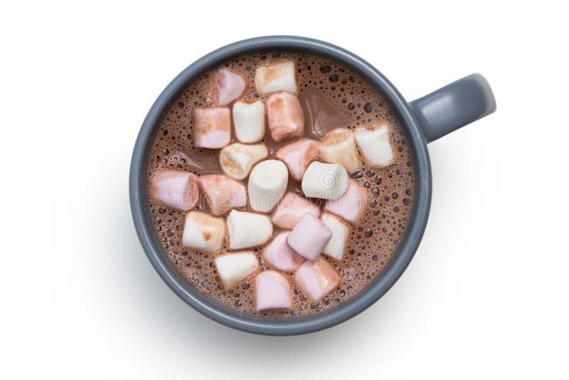 Chocolate quente com os marshmallows pequenos do rosa e os brancos em uma caneca cerâmica azul-cinzenta isolada em branco de cima imagens de stock royalty free