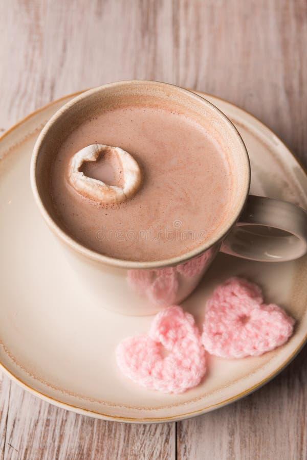 Chocolate quente e corações cor-de-rosa fotos de stock royalty free