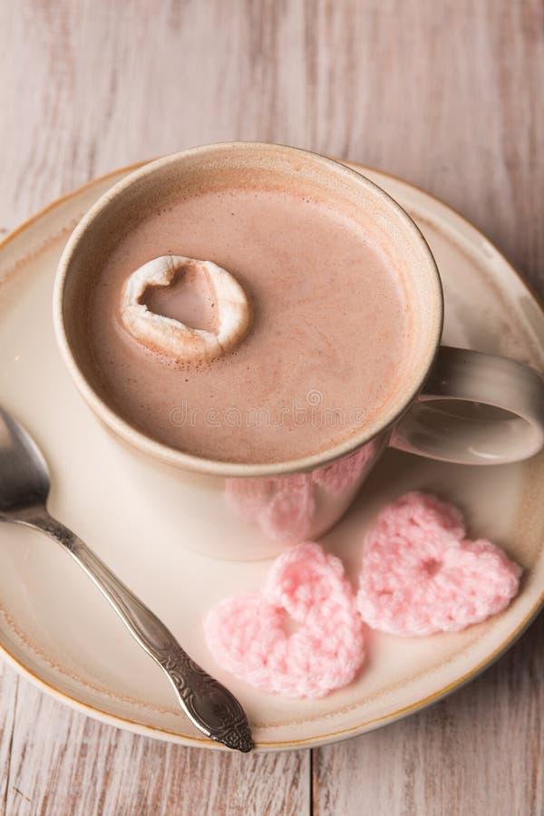 Chocolate quente e corações cor-de-rosa foto de stock