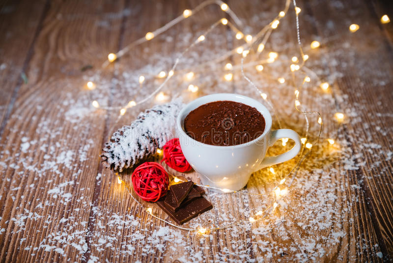Chocolate quente em um Natal cerâmico branco do copo imagem de stock