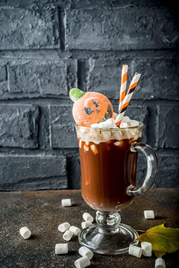 Chocolate quente engra?ado de Dia das Bruxas imagens de stock