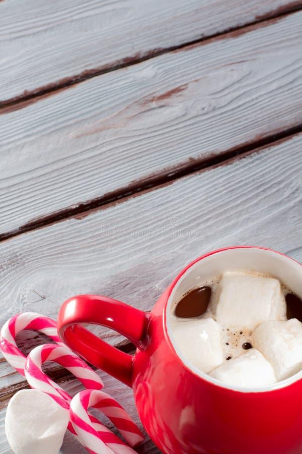 Chocolate quente na caneca vermelha fotos de stock royalty free
