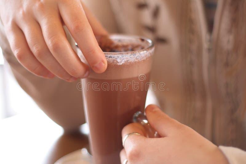 Chocolate quente nas mãos da menina fotos de stock