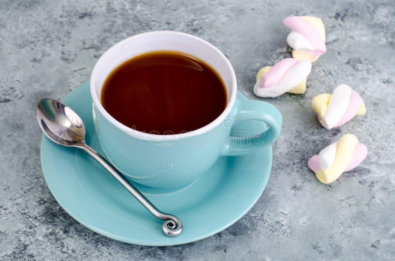 Chocolate quente no copo azul com marshmallows imagens de stock
