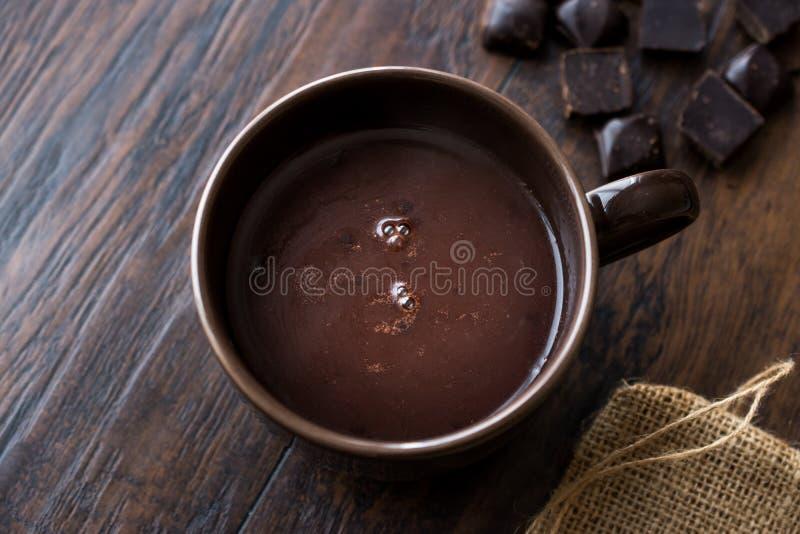 Chocolate quente picante caseiro no copo de Brown grande imagens de stock royalty free
