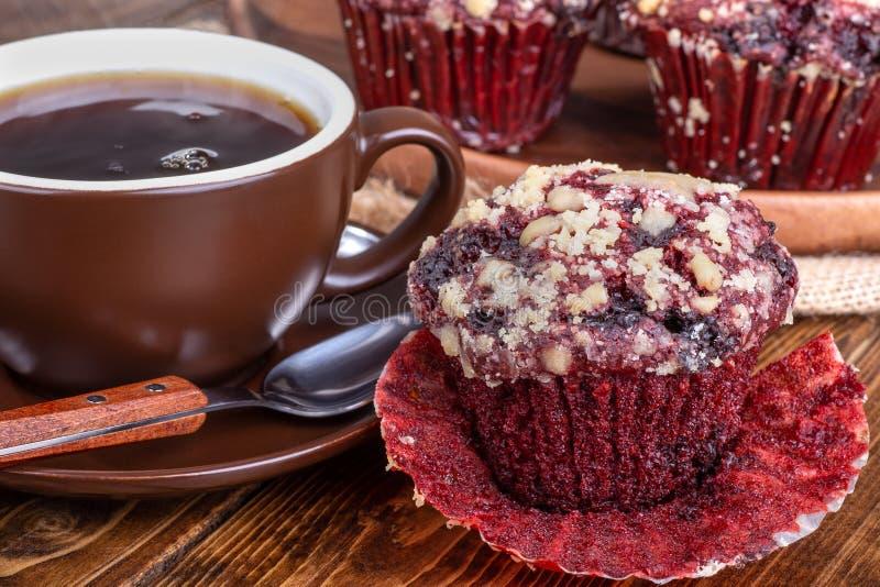 Chocolate rojo Chip Cupcake del terciopelo imagenes de archivo