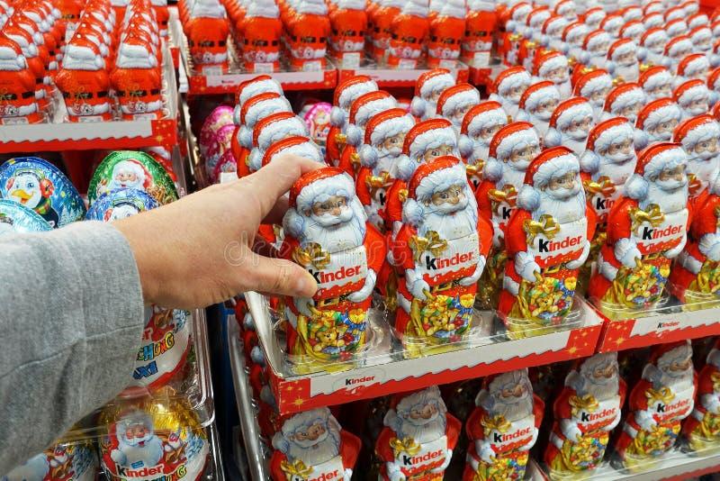 Chocolate Santa em uma loja foto de stock royalty free
