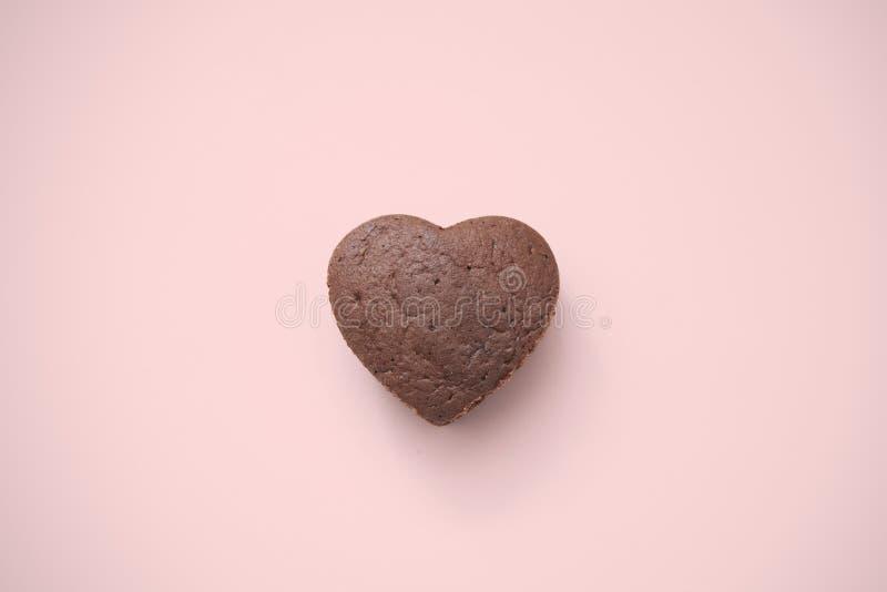 Chocolate Valentine Cake no fundo cor-de-rosa imagens de stock royalty free