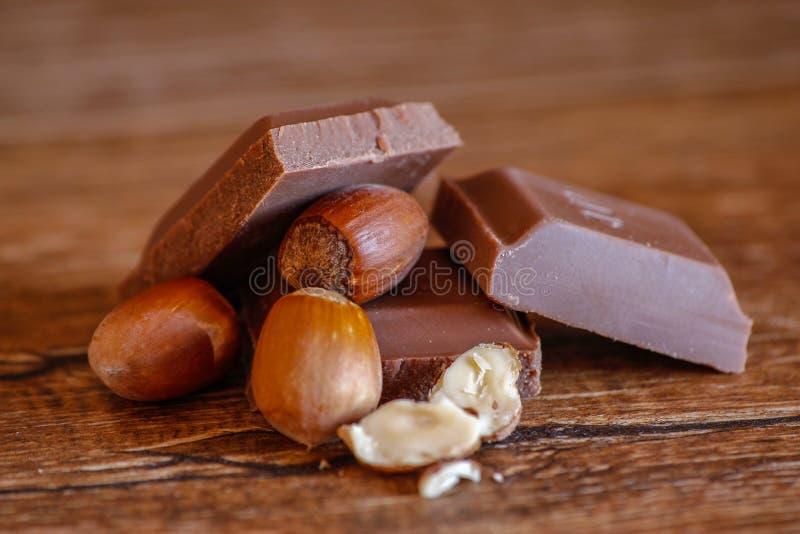 Chocolate y avellana en la tabla de madera foto de archivo libre de regalías