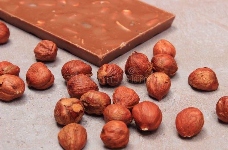 Chocolate y avellanas nutritivos en la estructura del cemento imagen de archivo libre de regalías