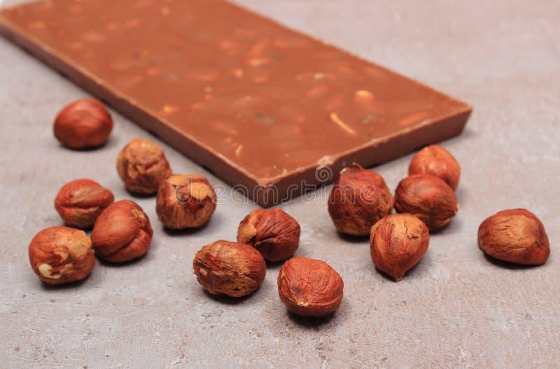 Chocolate y avellanas nutritivos en la estructura del cemento fotos de archivo libres de regalías