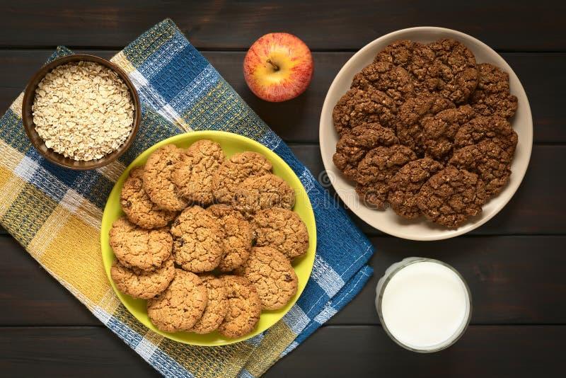 Chocolate y galletas de harina de avena de Apple imagen de archivo