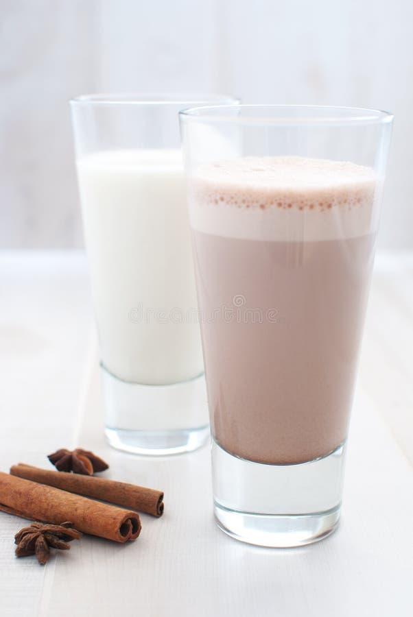 Chocolate y leche regular fotografía de archivo libre de regalías