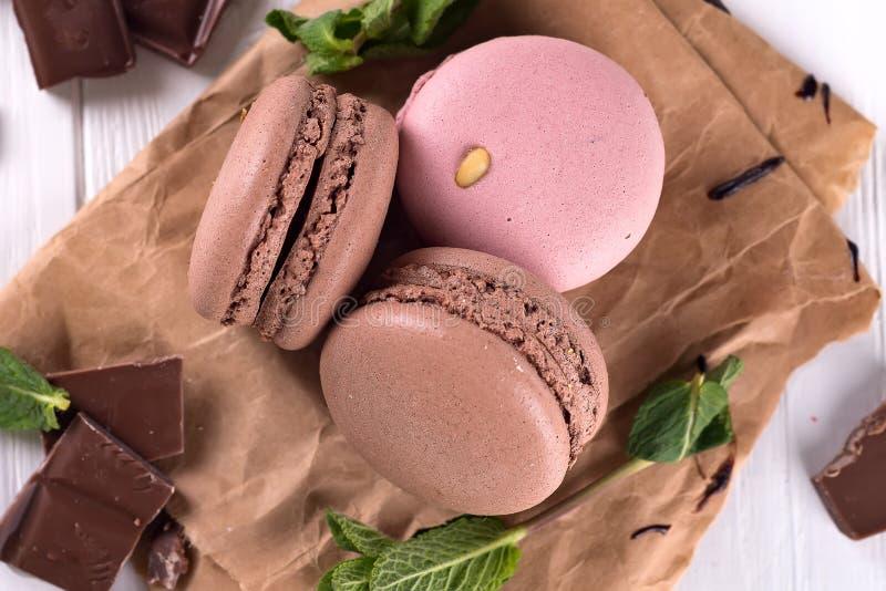 Chocolate y macarrones en la tabla de cocina vieja Visión superior imagen de archivo libre de regalías