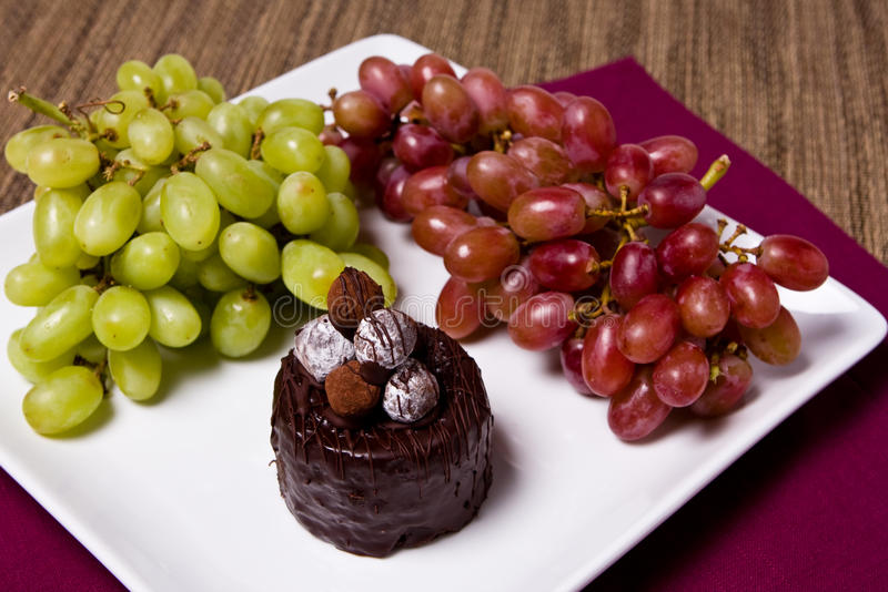 Chocolate y uvas imagenes de archivo