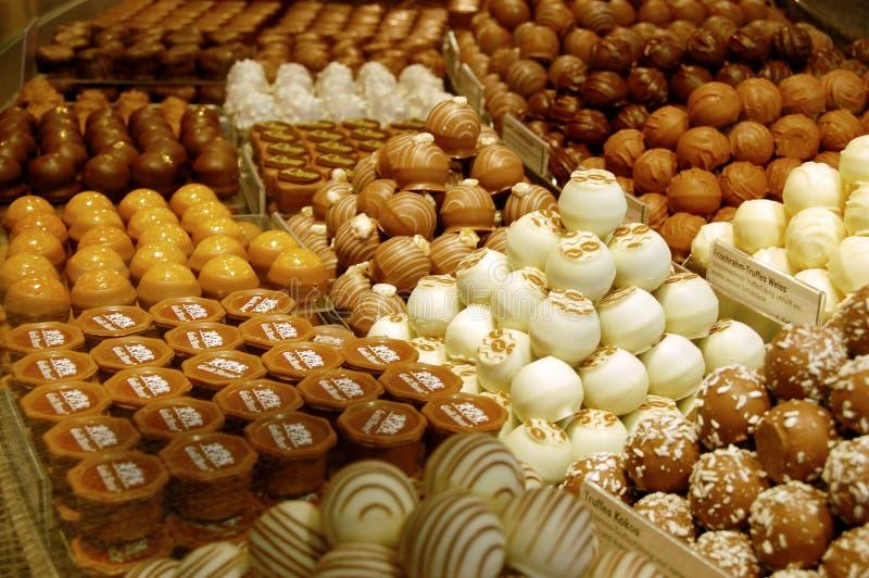 Chocolates classificados em pilhas da loja fotografia de stock royalty free
